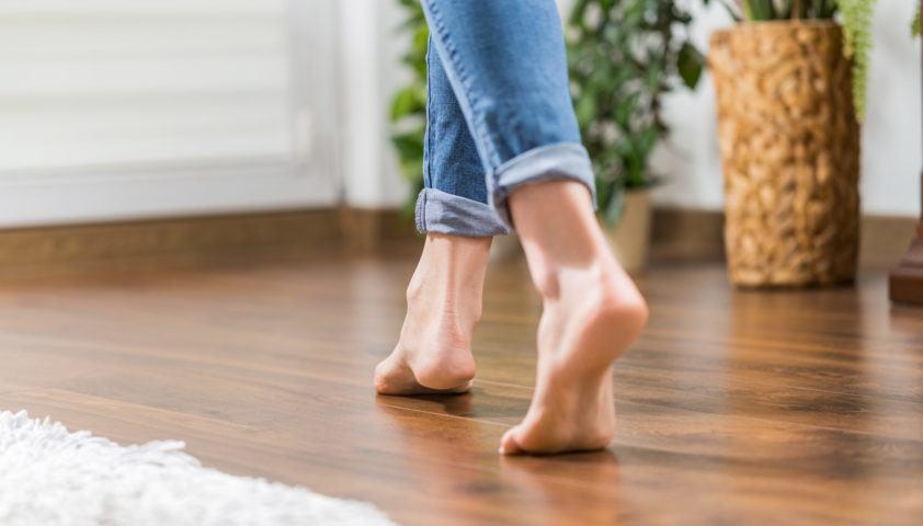 Warm floor – the concept of floor heating and wooden panels.