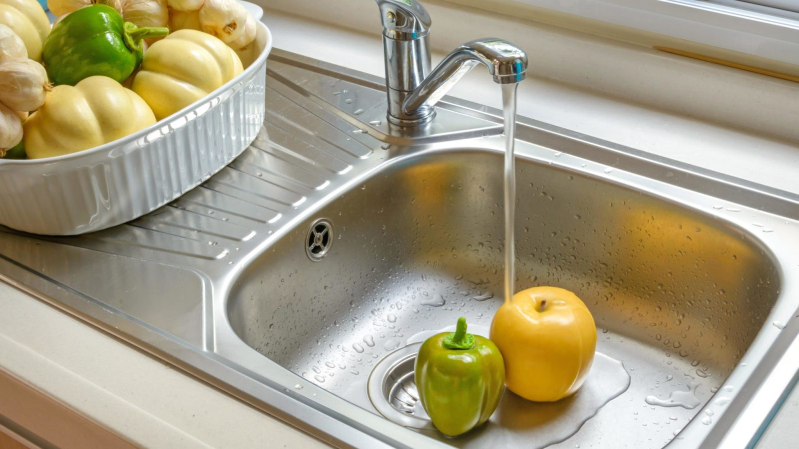 Kitchen faucet with a flowing water washing