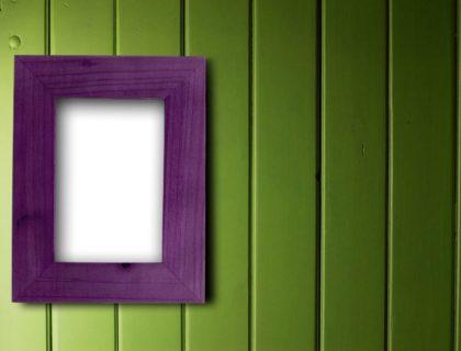 dcoration maison cadre bois violet vide fix sur un mur vert