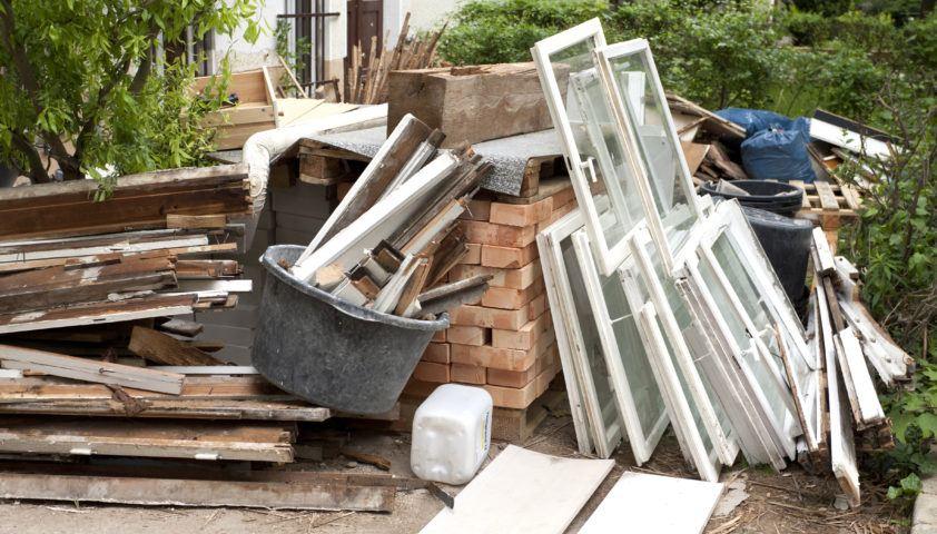 Baustelle mit Bauschutt und Fensterrahmen
