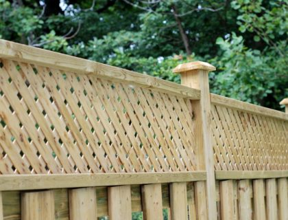 backyard_yard_fencing_fence_wood_wooden_privacy_screen_shutterstock_34266838