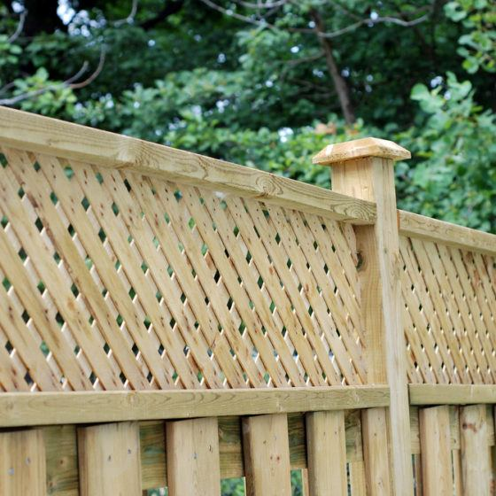 backyard_yard_fencing_fence_wood_wooden_privacy_screen_shutterstock_34266838