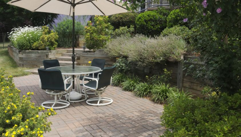 backyard_yard_outdoor_living_landscaping_brick_pavers_paver_patio_furniture_shutterstock_72947566
