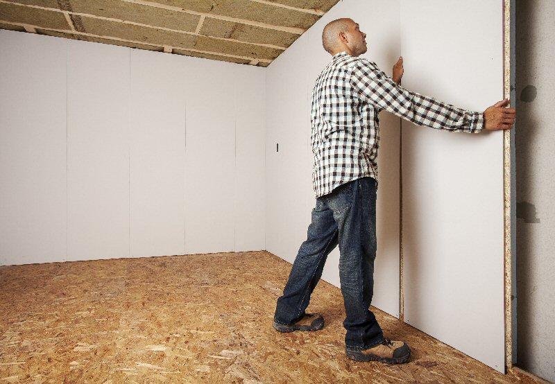 Man installing DRICORE SMARTWALL