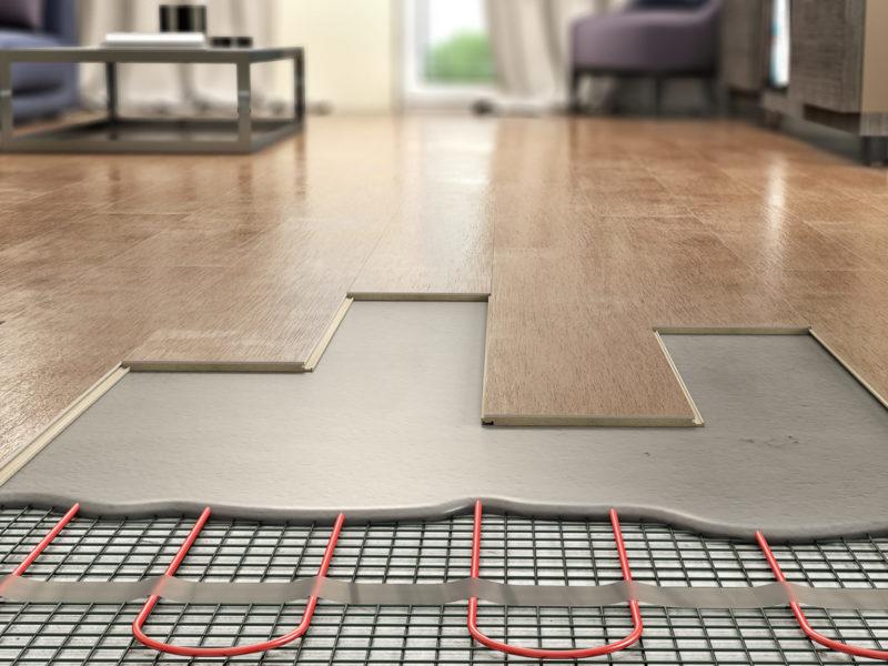 Laminate panels on floor with underfloor heating